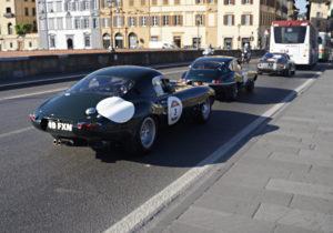 Ferrari e Jaguar nel traffico fiorentino