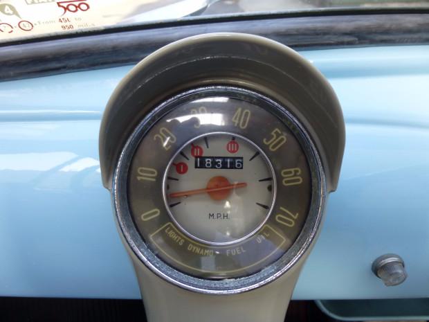 Fiat 500 America - Dettaglio del tachimetro in Miglia - Immagine da BringaTrailer.com