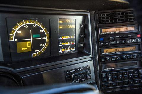 Cadillac Allanté - Particolare della strumentazione digitale - Immagine Popular Mechanics / Sara Stathas
