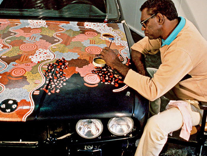 Michael Jagamara Nelson mentre dipinge la BMW Art Car #7 - Immagine da BMW Art Car Collection